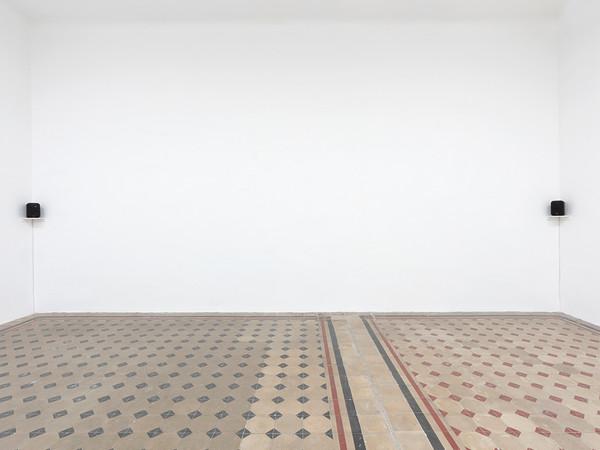 <em>Miroslaw Balka, Simone Forti, Marcello Maloberti - L'orecchio di Dionisio </em>| © Marcello Maloberti | Courtesy of Galleria Raffaella Cortese, Milano<br />