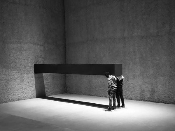 Santiago Sierra, Object measuring,600x57x52 cm.