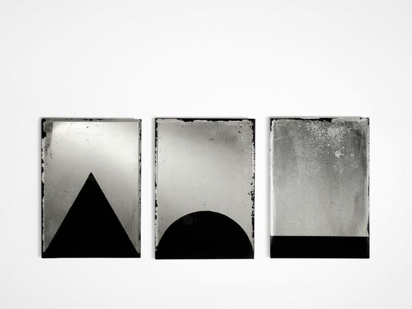 Jacopo Mazzonelli, Flags, 2018, smalto su specchi argentati, cm. 21x49