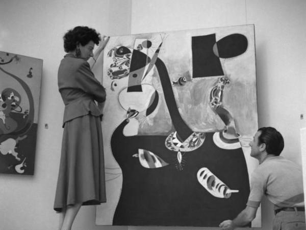 Peggy Guggenheim durante l'allestimento del Padiglione Greco, alla XXIV Biennale di Venezia, 1948 | © Fondazione Solomon R. Guggenheim | Foto Archivio CameraphotoEpoche, donazione Cassa di Risparmio di Venezia, 2005<br />