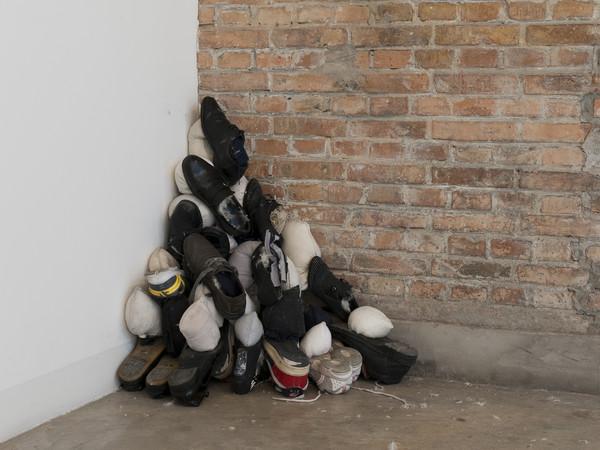 Nari Ward, Down Doors (Sea Green), 2011. Vecchie porte, tasche, piume, paracadute 240x100x25 cm.