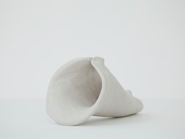 Julia Krahn, Organo 08. 2021, argilla bianca