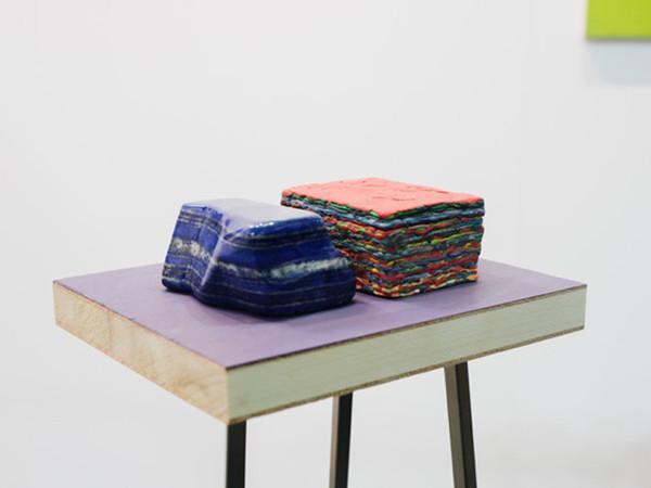 """Maria Morganti, Stratificazione con lapislazzulo (blu e rosso), """"...la materia qui è infatti così densa""""... 2013, pongo, legno, lapislazzulo, 8,7x12,8x7cm"""