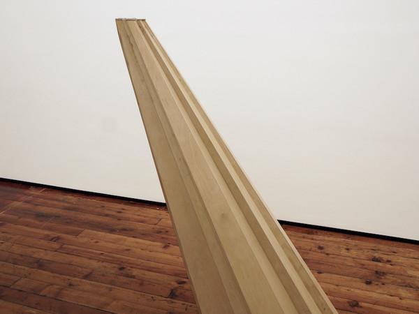 Richard Wilson, <em>Direct Debit Sculpture</em>, 2018, Carta di debito in plastica, compensato, 56 x 53 x 130 cm | Courtesy of l'artista e Galleria Fumagalli, Milano