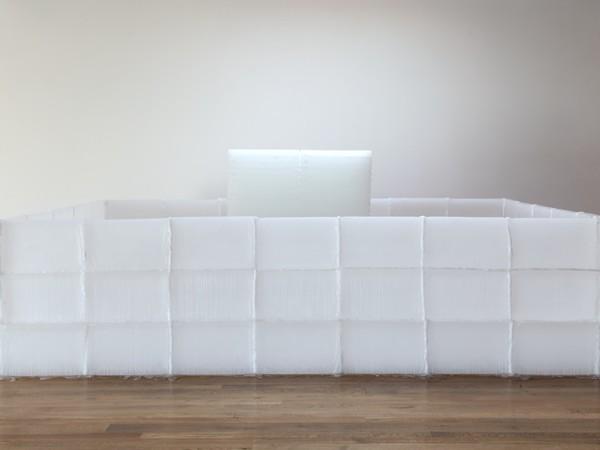 Kishio Suga, Parallel Strata (Heiretsusō), 1969/2012. Paraffina 132,1x358,1x242,6 cm. Veduta dell'installazione, Blum & Poe, Los Angeles, 2012