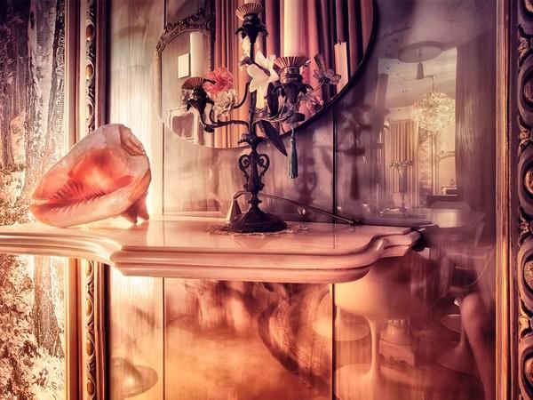 Brigitte Schindler, Perché tu sai che posso guardare dietro le tende degli specchi, 2019, stampa a colori su carta cotone
