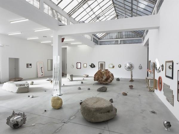 """Darren Bader, Veduta della mostra """"Rocks and mirrors"""", Galleria Franco Noero, Torino, 2015"""