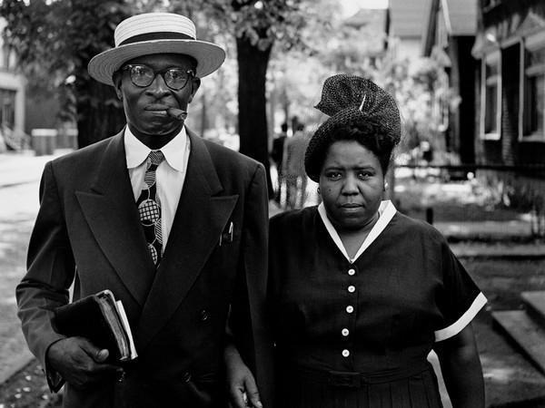 The Gordon Parks, Marito e moglie la domenica mattina, Fort Scott, Kansas, 1949. © The Gordon Parks Foundation