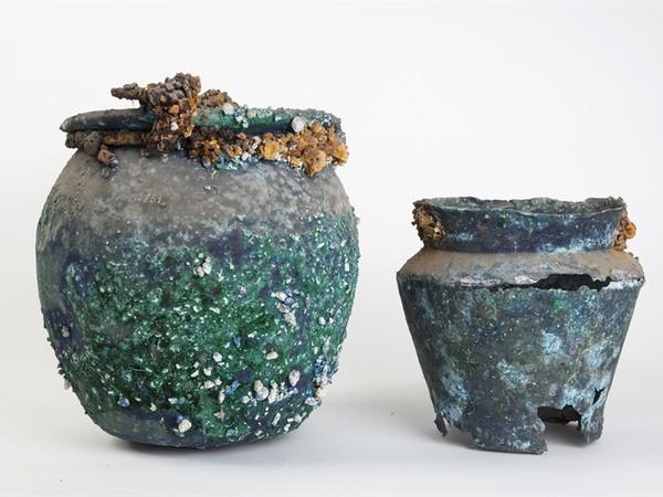Olla per la bollitura degli alimenti (a sinistra) e situla per attingere l'acqua (a destra) con lapilli dell'eruzione del Vesuvio I sec. d.C., bronzo Pompei, olla dalla Casa di Lollius Synhodus (I 11,5)  e situla dalla Bottega del Garum (I 12,8)