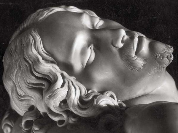 Michelangelo, La Pietà (particolare), Basilica di San Pietro, 1940 ca., stampa alla gelatina bromuro d'argento. Firenze, Collezione Ferruccio Malandrini