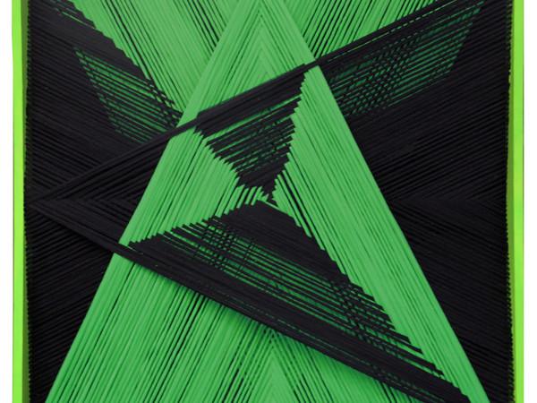Emilio Cavallini, Biforcazione verde-nero, 2015. Fili di calza tirati su teca in legno, 100x100 cm.