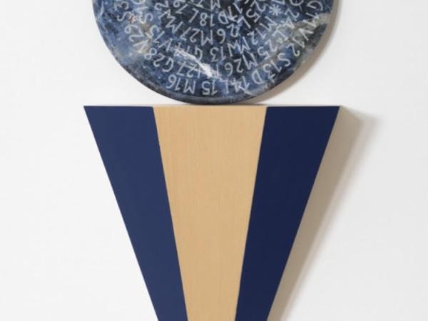 Letizia Cariello, Fuso orario #4 (I), 2021 volume in legno dipinto a mano, disco di marmo inciso, volume cm 52x34x25, marmo Ø cm 35
