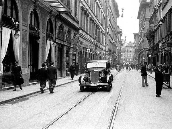 Giugno 1934,Via Calzaiuoli.Una grossa berlina dalle linee molto moderne transita nella centrale via Calzaiuoli<br /><br />