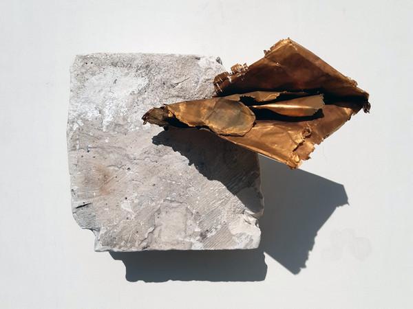 Franco Guerzoni,<em> Epistola</em>, 2020, Foglio di rame acidato e dorato in galvanica e pigmenti su coccio di scagliola, 13 x 18 x 13 cm | Museo del Novecento