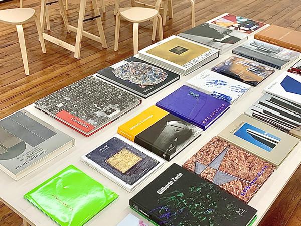 Veduta dell'esposizione AA.VV. 90 cataloghi, monografie, edizioni, Galleria Fumagalli, Milano, 2021