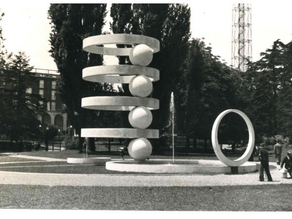 """<span>Cesare Cattaneo e Mario</span><span class=""""il"""">Radice</span>, La Fontana di Camerlata tra il Palazzo dell'Arte e la Torre Littoria, 1936. Milano, Parco Sempione"""