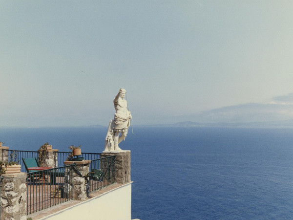 "Luigi Ghirri, Anacapri, Capri, Napoli (serie ""Visggio dentro un antico labirinto""), 1981, C-print, mm. 196x293"