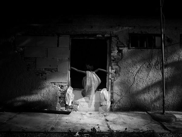 Paolo Pellegrin, Angelina gioca in casa di sua nonna Sevla. Roma. Luglio 2015