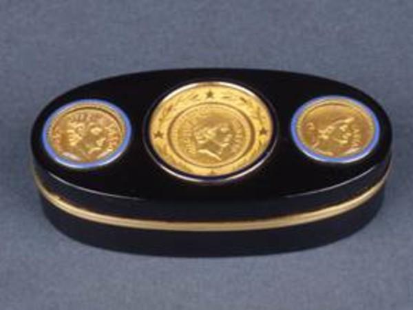 Pierre-André Montauban,Tabacchiera con tre aurei romani,1803, tartaruga nera, oro, smalto   <em>black turtle, gold, enamel5.</em>Roma, Museo Napoleonico, inv. MN 166<br />
