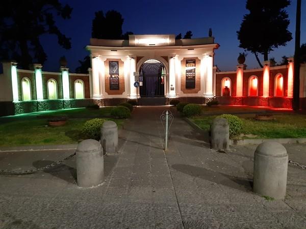 Tricolore sulla facciata del Parco Archeologico di Ercolano