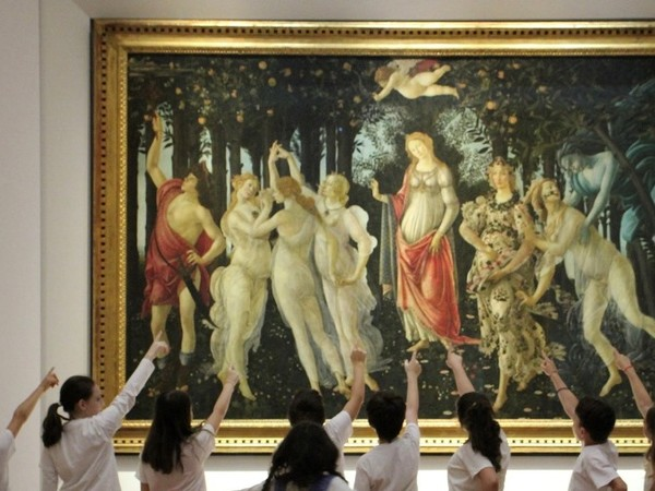 Un gruppo di bambini in attività didattica davanti alla Primavera del Botticelli, Gallerie degli Uffizi, Firenze