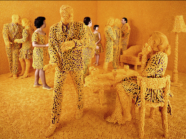 Sandy Skoglund, The Cocktail Party, 1992, color photograph approx. image size cm. 120x162.5 ca.