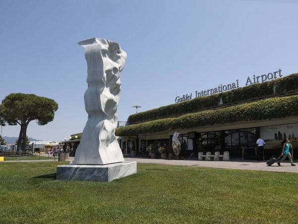 Scultura di Helidon Xhixha all'Aeroporto Internazionale Galileo Galilei di Pisa