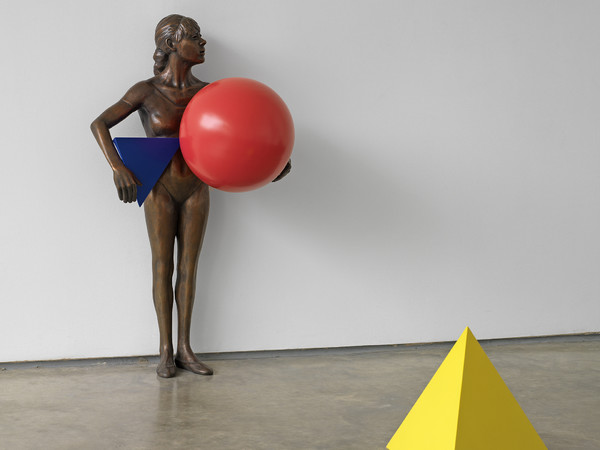 Ryan Gander, You walk into a space, any space, Or, Poor little girl beaten by the game, 2009, Statua in bronzo, base in legno e 37 oggetti dipinti in metallo, Dimensioni variabili | Courtesy of the artist and Zabludowi cz Collection | Image Ken Adlard © Ryan Gander