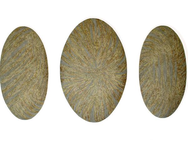 Ak2deru, Monosema, trittico, 2020, cm. 140 x 250 x 16, argilla, terra, cenere, polveri metalliche e resina su tela sagomata applicata su poliuretano e tavola