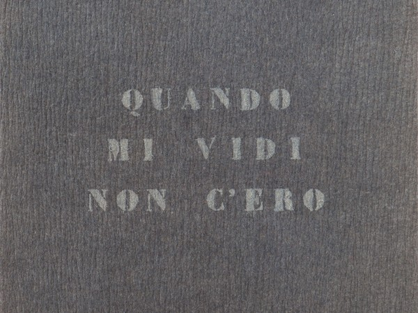 Vincenzo Agnetti, Autoritratto, 1971. Feltro grigio con scritta dipinta di grigio, 120 x 80 cm.