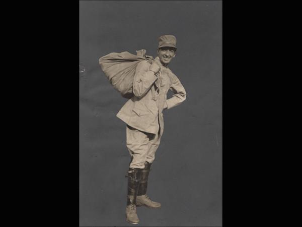 Umberto Boccioni in uniforme, [1914-1916]  fotografia; 140 x 90 mm  Mart, Archivio del '900, fondo Fortunato Depero, Dep.7.1.1.1.260MART, Museo di Arte Moderna e Contemporanea di Trento e Rovereto
