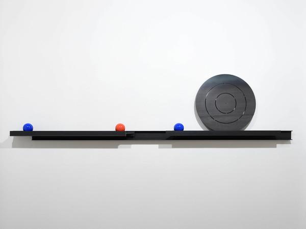 Eliseo Mattiacci, Dinamica a parete, 2010 ca., acciaio, bocce da gioco, cm. h 70x300 (diametro disco cm 45)