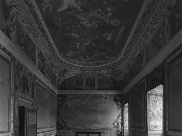 Hiroshi Sugimoto, Map Room at Villa Farnese, 2016, stampa in gelatina d'argento, 149x119,4 cm. (senza cornice), 185x155 cm. (con cornice)