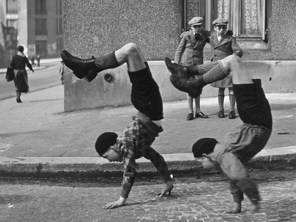 Robert Doisneau, <em>Les frères</em>, Rue du Docteur Lecène, Paris, 1934