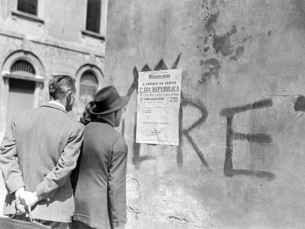 """""""Passanti leggono il titolo della seconda edizione del quotidiano Milano-Sera affisso a un muro: """"Il popolo ha scelto. È già Repubblica"""", 5 giugno 1946"""". Archivio Publifoto Intesa Sanpaolo"""