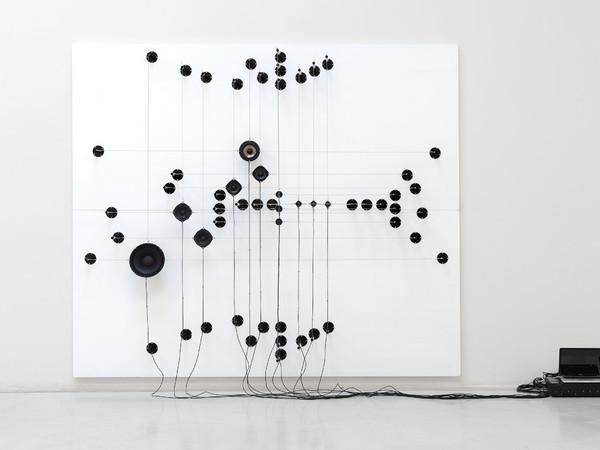 Roberto Pugliese, Acustiche tensioni matematiche, 2017 Speaker, cavi audio, cavi in metallo, ferro, alluminio, composizione audio, 245x285x48 cm.