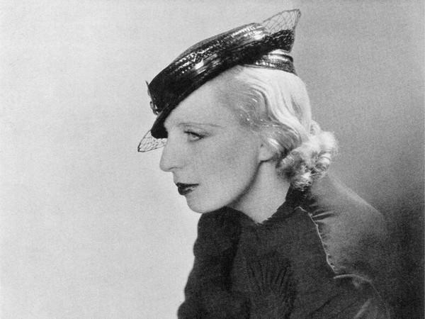 Madame d'Ora, Tamara de Lempicka con cappello le Monnier, 1934. © Madame d'Ora