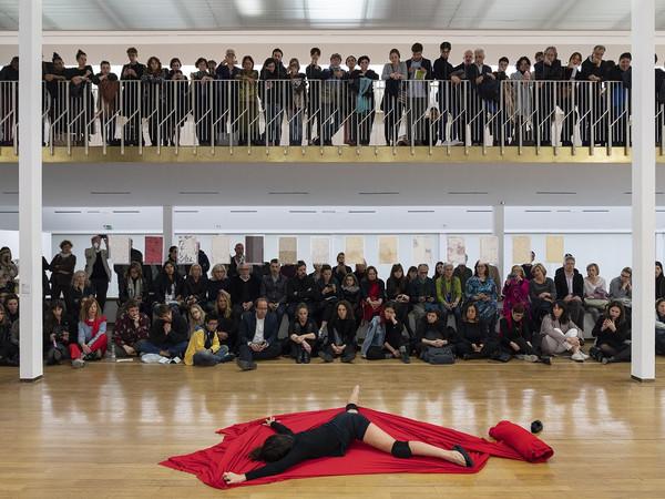 Anna Maria Maiolino, Al di là di, 2019. Performance al PAC, Milano