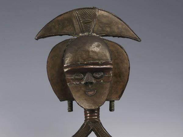 Figura di reliquiario (mbulu ngulu), Probabilmente fine XIX secolo - inizio XX secolo, Artista non riconosciuto, Kota, Gabon, Legno, rame e ferro, 61 x 35 x 11 cm | Foto: © manusardi.it