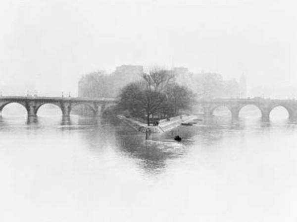Henri Cartier Bresson,&nbsp;Ile de la Cit&eacute;, Parigi, 1952<br />