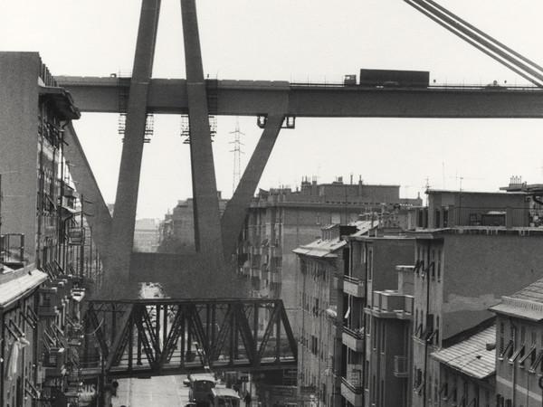 Gianni Berengo Gardin, Genova, 2001, Il ponte sopra la città e la ferrovia, 2002