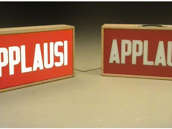 Gianni Pettena, Applausi, 1968, valigia in legno preparato, circuiti elettrici, cm. 80x40x33