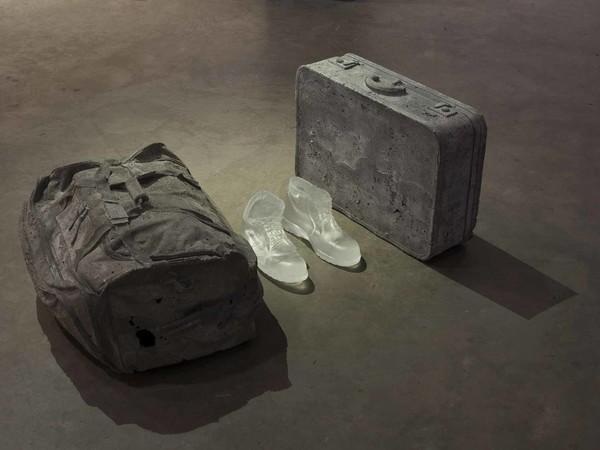 Christopher Boha, Canada 1978, In my Shoes, 2015, Calco in cemento, vetro cristallo ottico, 100x64x200cm