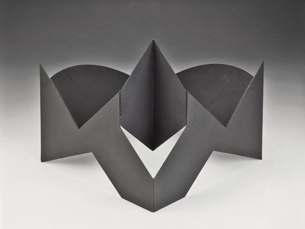 Bruno Munari, Scultura da viaggio, 1958, lamiera di ferro verniciata, aperta 47x59x40 cm, chiusa 61x41 cm (esemplare unico)