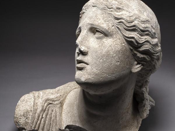 Tête de Niobé, 1686-1687. Giovanni Arnaldi (mouleur), connu à Rome entre 1683 et 1700. plâtre 48 × 36 × 35 cm. Rome, Académie de France à Rome