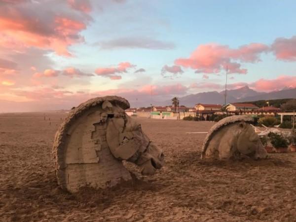I cavalli di Gustavo Aceves sul lungomare di Forte dei Marmi