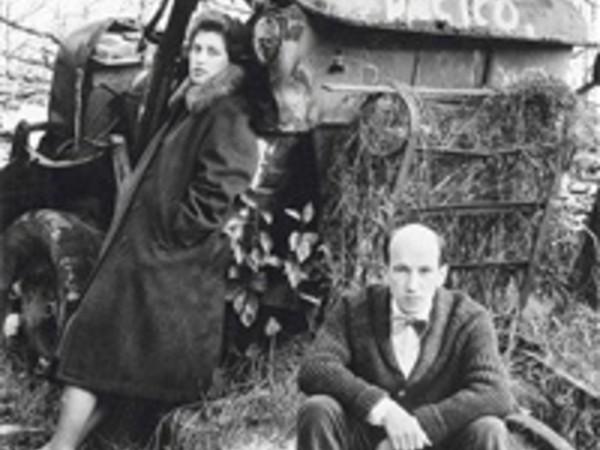Gianni Berengo Gardin, Lido di Venezia, 1962. Autoritratto con Caterina. Stampa ai sali d'argento, vintage cm. 24,3 x 24,2. Firmata, intitolata, datata e timbrata sul retro