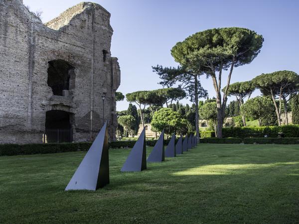 Mauro Staccioli, Condizione barriera, 1972, cemento e ferro, 470x80x80 cm., due elementi. Collezione privata, Parma