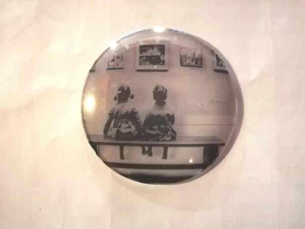 Gian Luca Bianco, In-visibili, 2019, stampa decalco di frammenti fotografici su lenti di vetro, cm. 6-10, elementi e dimensioni variabil