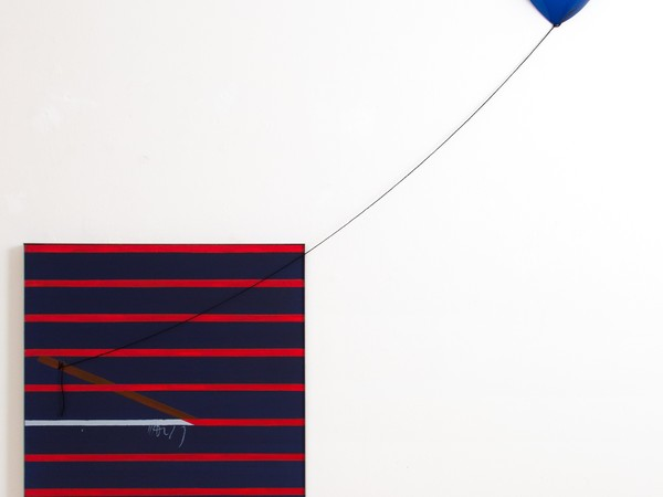 Aldo Mondino, Mondino 6 Sù, 1966, acrilico e smalto su tela con palloncino, 80x80 cm. + misura filo variabile. Galleria Spazia, Bologna